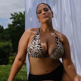 Любовта към себе си: Ашли Греъм, току-що родила, рекламира бански
