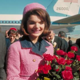 Какво се случи с розовия костюм на Джаки Кенеди?