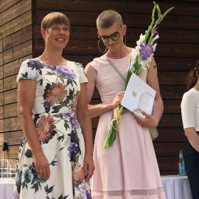 Кой е Мик Пярниц, когото набедиха за облечения в рокля син на естонския президент