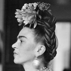 Скритото съкровище на Фрида Кало: дрехите на една модна муза в изложба