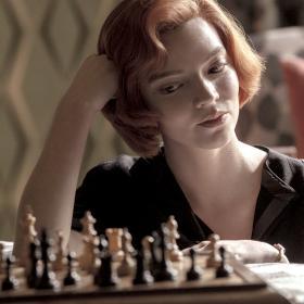 Костюмите в The Queen's Gambit - бледозелено, шахмат, Карден, красота