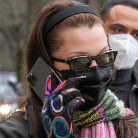Уличният стил на звездите: Бела Хадид, нещо като Бърни Сандърс