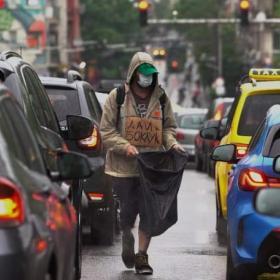 Иван Мудов, артистът който проси на светофара