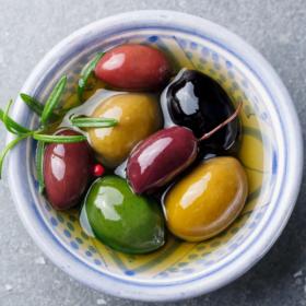 С вейка от маслина: 5 здравословни плюса и 1 минус на средиземноморския плод