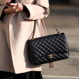 Не повече от една в ръка! CHANEL ограничава продажбите на емблематичните си чанти в Южна Корея