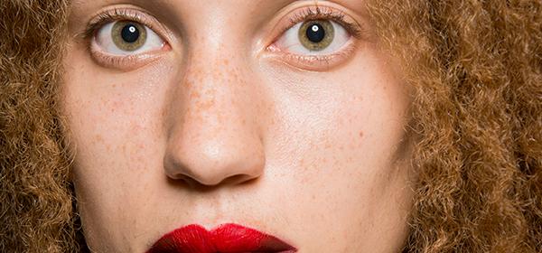 DIY: Двуцветният макиаж на устните на Helmut Lang