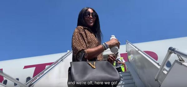 Наоми Кeмбъл и как се грижи за кожата в самолета, чудно видео за всички