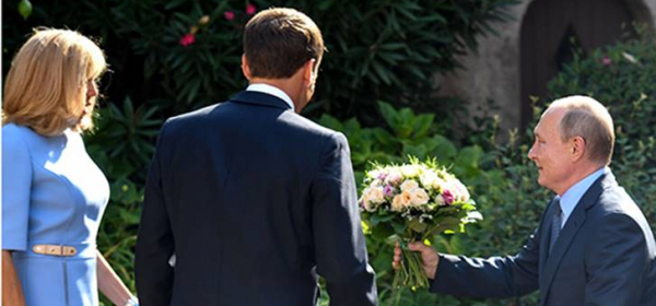 Цветя, шина и дълги преговори: как протече срещата на Путин, Бриджит и Еманюел Макрон