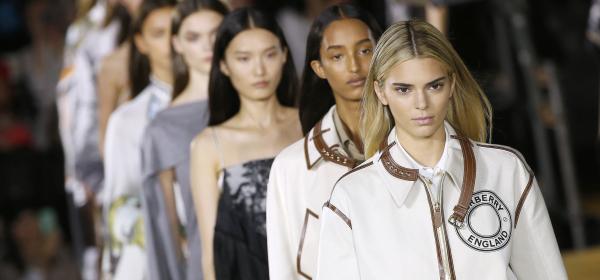 Глобализация на стила, изрусена Кендал Дженър или просто Рикардо Тиши за Burberry