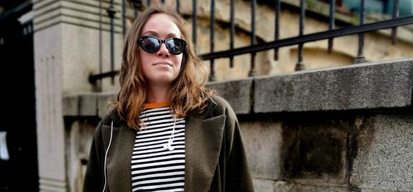 Sofia Street Style: и яката й оранжева, и панталоните й рипсени