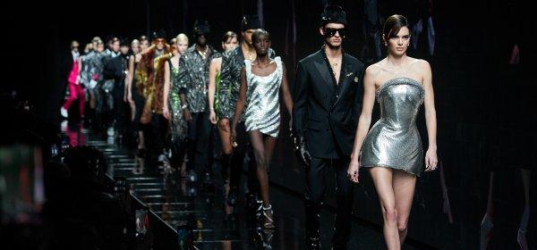 Мини поли, #powershoulders и топ модели в шоуто на Versace