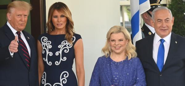 Чудим се дали ни харесва: на Мелания Тръмп синьо-бялата рокля