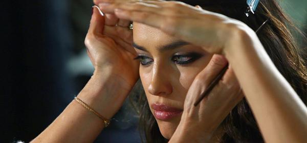 Минимум и с пръсти: Ирина Шейк в грим-туториал за Vogue