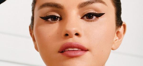 Как Селена Гомез извайва котешки очи, гледаме във видеото на Vogue