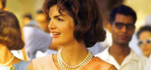 Приказната сатенена рокля в прасковен цвят на Джаки Кенеди през най-щастливата й година