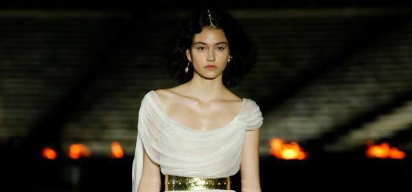 Бел Хинова like a Greek Goddess за Christian Dior Resort 2022