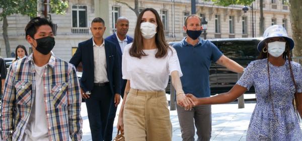 Лен, памук, коприна, токчета и пчеларски костюм - Анджелина Джоли в Париж