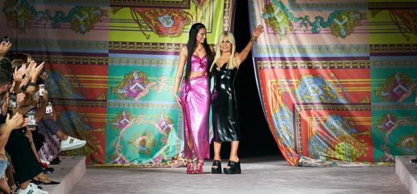 Milan Fashion Week: Дуа Липа откри шоуто на Versace, ефектно до последното копче