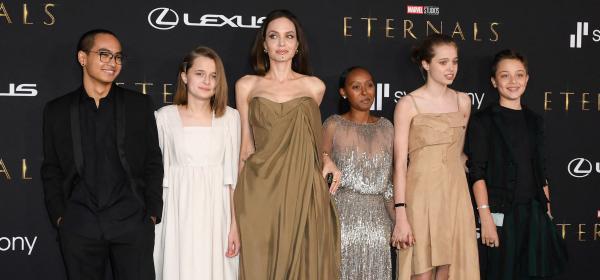 Бежова вечер: Анджелина Джоли с пет от децата на премиерата на Eternals
