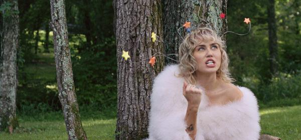 We Love: Майли Сайръс за Interview и очарованието на голия бюст