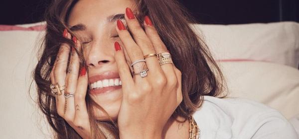 Колко бижута Tiffany & Co. преброихте върху Хейли Бийбър - новият посланик на марката?