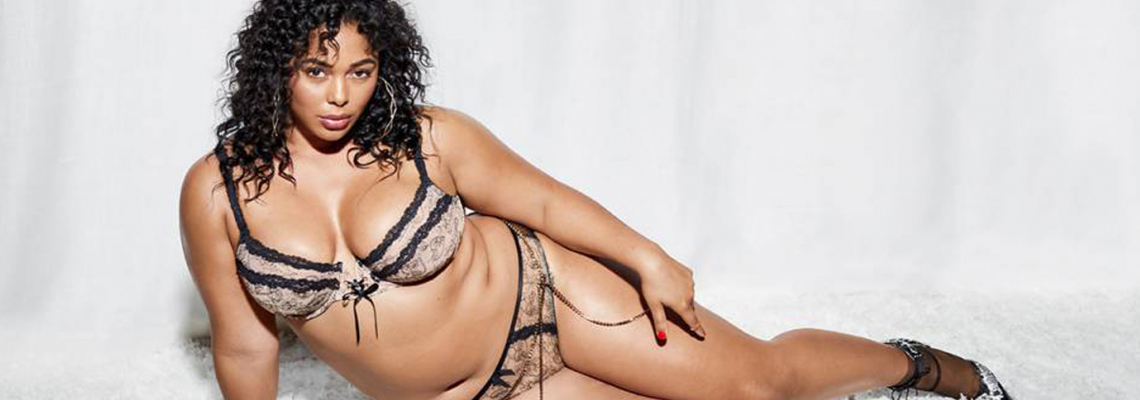 Риана по бикини за 14-ти: Да си XL е секси!