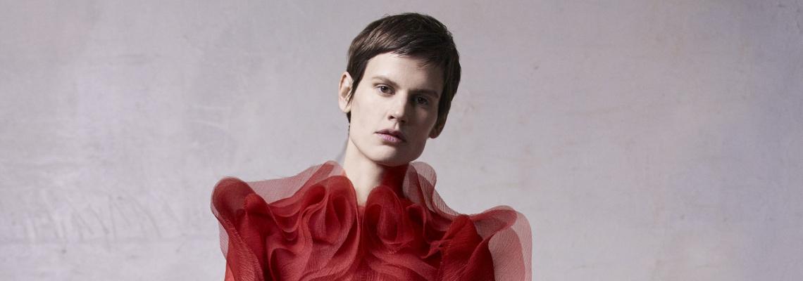 Velvet Rouge: Скулптурираната елегантност на Jason Wu Collection