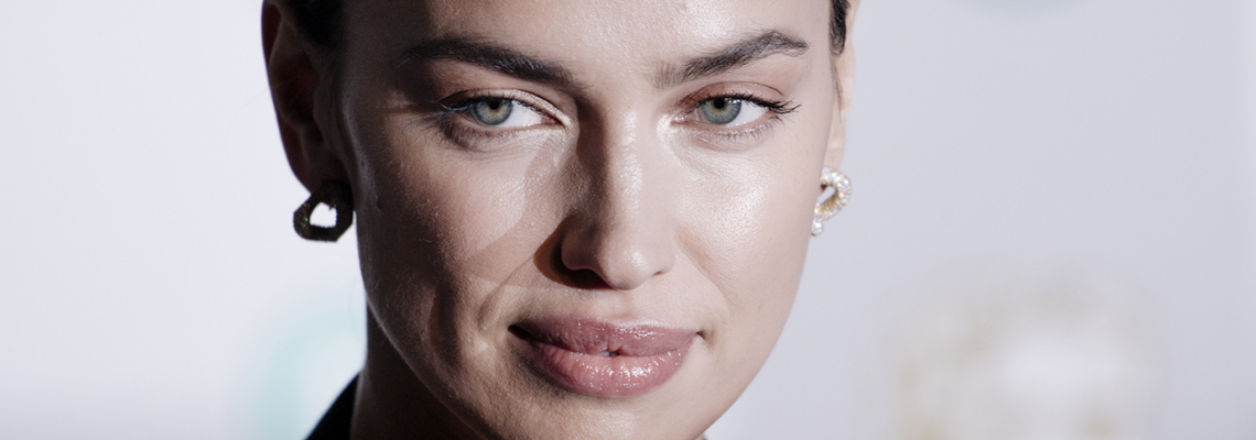 Уличният стил на звездите: На Ирина шареното прилепнало клинче