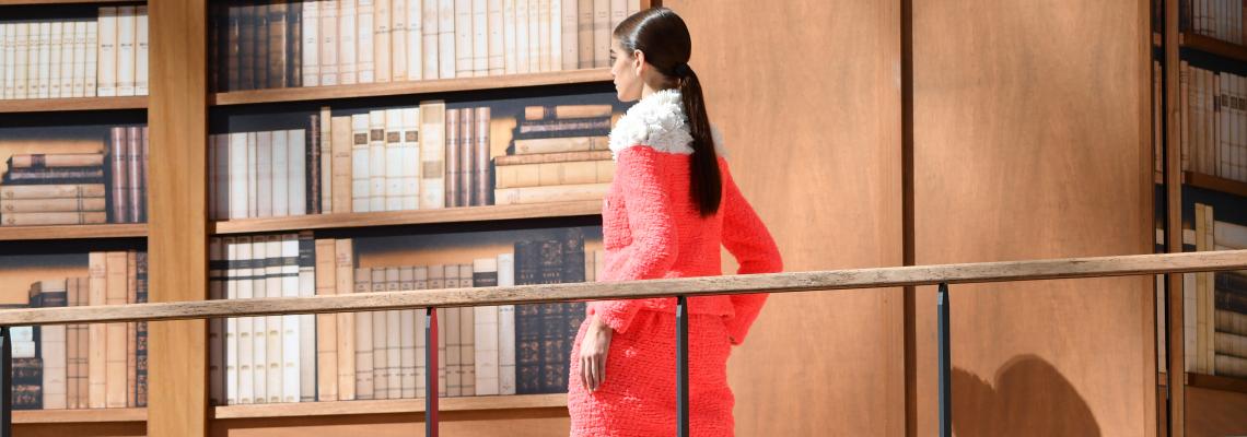 Модерната библиотекарка на Chanel