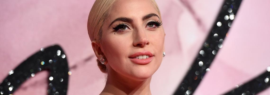Без ретуш: Лейди Гага рекламира новата си козметична марка