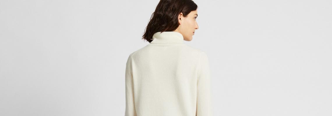 UNIQLO предлага кашмирен пуловер за 161 лева and we're loving it!