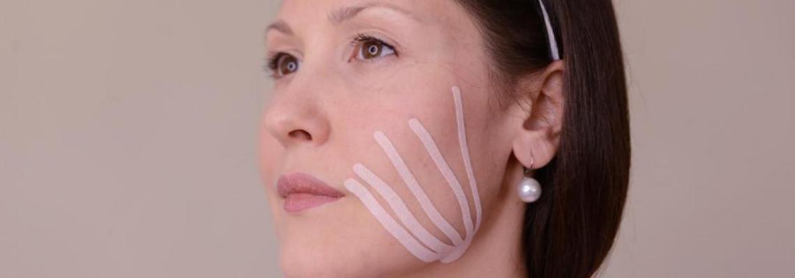 Какво е това тейпиране на лицето и може ли да ни направи гладки и стегнати