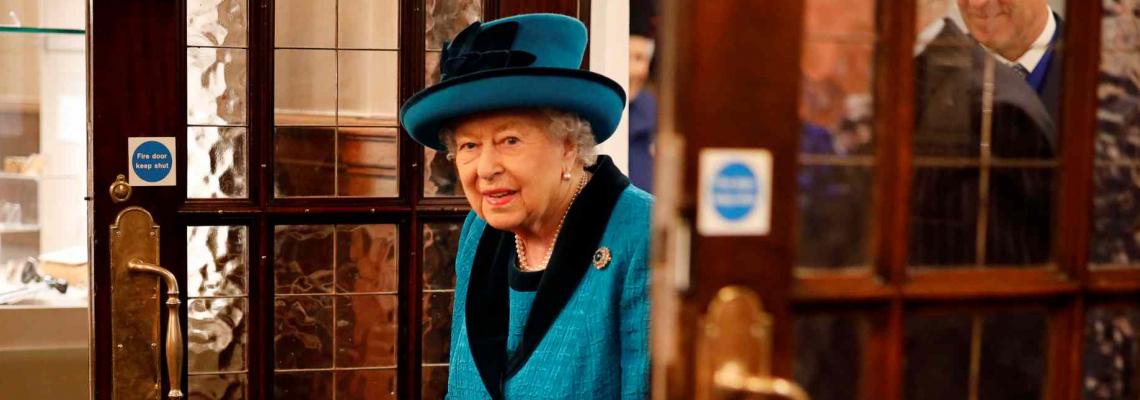 След кожата Елизабет се отказва и от престола