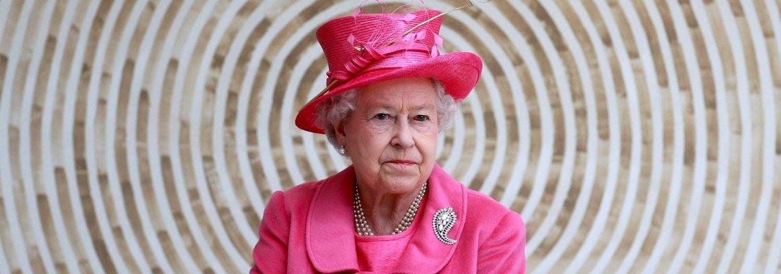 Символичното и историческо значение на тюркоазената брошка на кралицата