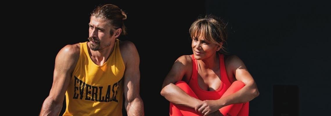 Тренираме крака с Холи Бери, готиния й треньор и безплатно work out приложение