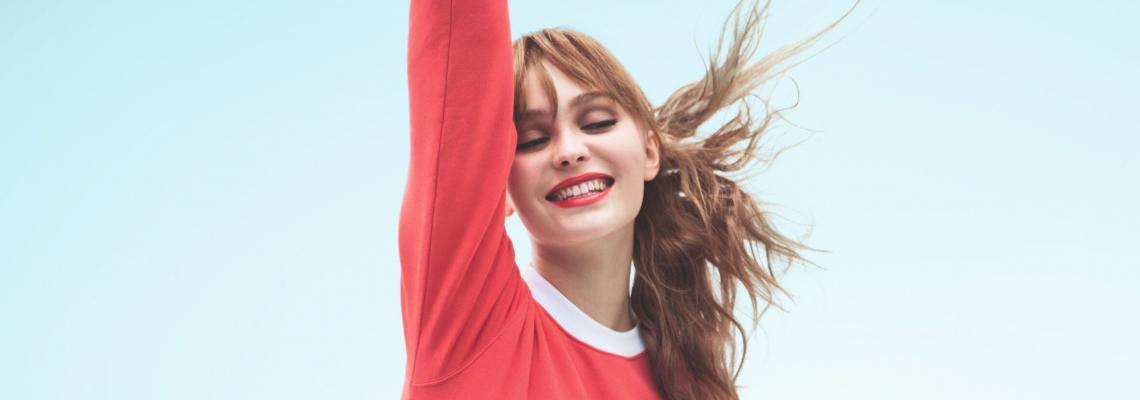 Прискача ни се в розов суичър и Chanel Rouge Coco Bloom на устните: разкошната кампания с Лили-Роуз Деп