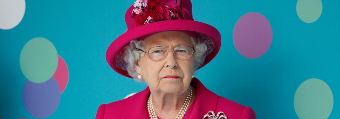 Делфини, лебеди, 200 еднакви чанти и другите най-странни притежания на кралица Елизабет