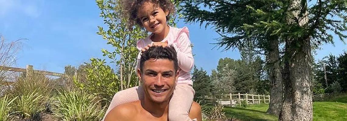 Вече в Манчестър: Кристиано Роналдо, Джорджина Родригес и четирите дечица, сладки новодомци