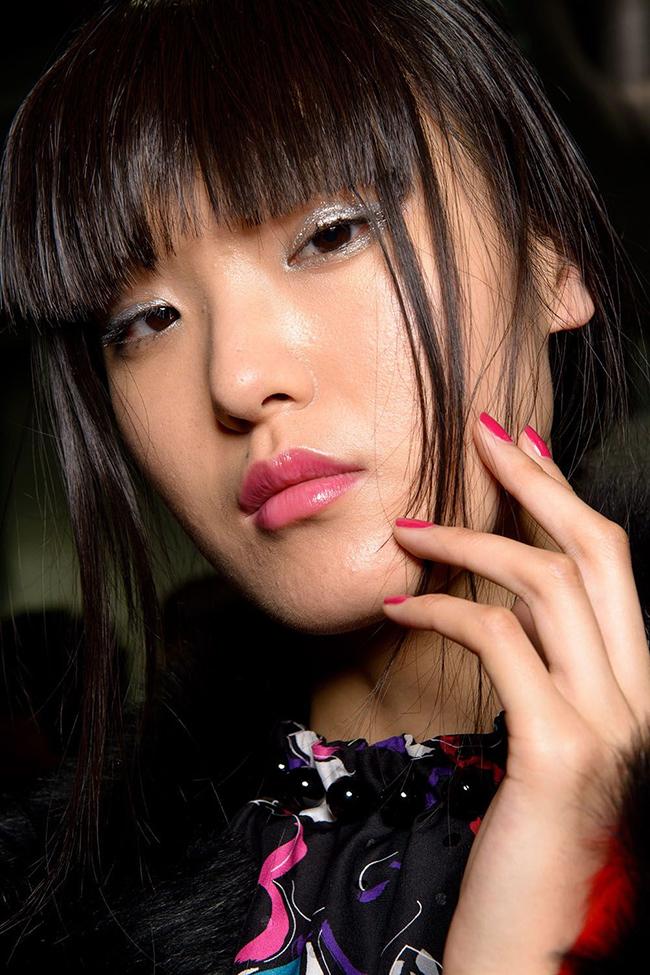 Emporio Armani.  Ревюто ни даде нова безотказна комбинация – Barbiе розово на ноктите и блестящ хром на клепачите.