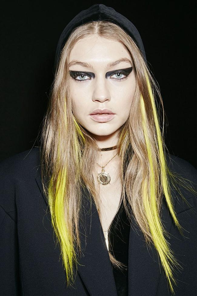 Versace.  Versace не изневерява на запазената си марка за фаталната жена - тежък грим и fierce визия.