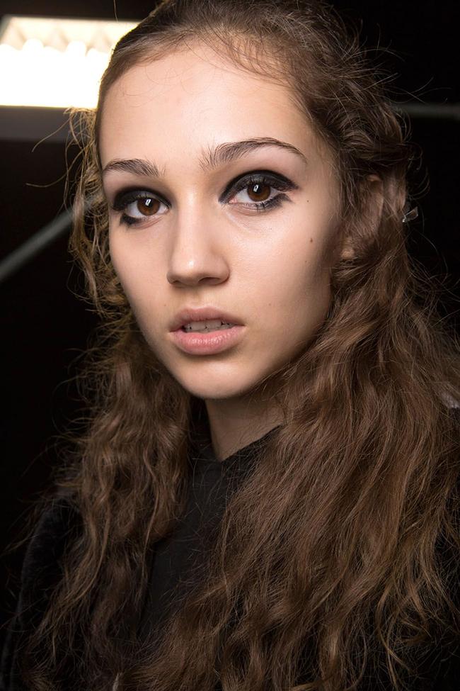 Marni.  Засиленото черно на Versace се пренася и в Marni, като достига и долните мигли.