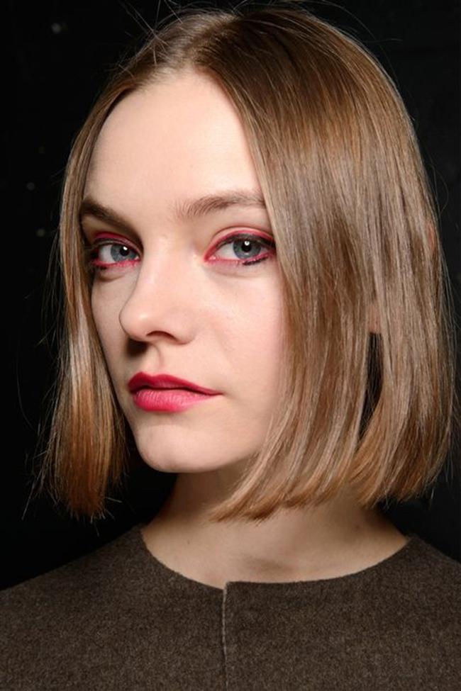 Chalayan.  Розовата очна линия е пънкарски интерпретирана в комбинация с едва загатнато черно на ревюто на Chalayan.