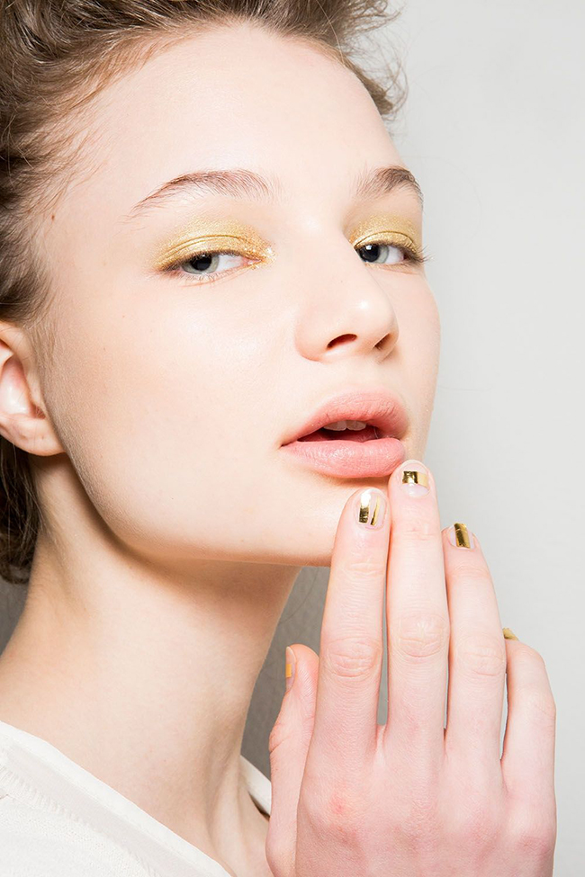Laura Biagiotti.  Още една златиста визия, този път в жълто – на ноктите и очите.