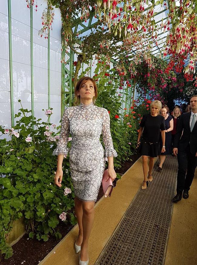 По повод срещата на лидерите на НАТО, на която за първи път присъстваха и новите президенти на САЩ и България - Доналд Тръмп и Румен Радев, Десислава Радева облече рокля, струваща 12 хиляди лева, може би подарена от страна на българската дизайнерка, Невена Николова, но това не е наш проблем. Няма да навлизаме в подробности. Горната част на роклята е ок, прикрива широките раменца на госпожа Първата дама, 3/4 ръкави са идеални, а единствената забележка е, че е прекалено тясна - да беше леко разкроена под гърдите, щеше да е топ.
