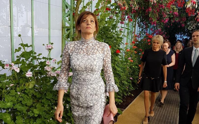 """Решение!   Десислава Радева, Първата дама на България, може много лесно да се отърве от негативните коментари и т.н. - просто наема стилист, ако вече го има, го гони веднага и се доверява на друг. Излиза и казва: Днес съм облечена по съвет на, еди кой си... а той, """"някой си"""", поема изцяло отговорността за естетичната визия на Първата. Всички критики, предположения и похвали, ако има такива, ще бъдат отправени към него. Благодарим, съветът е от сърце!"""