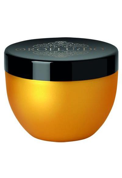 Orofluido – Маска за коса със златни частици Поредният звезден продукт, който внася забележителен блясък в палитрата от продукти на бранда Orofluido и се отличава с дълбоко хидратиращото си действие. Фините златисти частици в маската прилепват към косата и отразяват светлината, а богатият аромат на ванилия и амбър е изкушение. Подходяща е за всички типове коса, като ефектът й е особено осезаем върху сухите и изтощени краища. С лека кремообразна текстура с три натурални масла – арган, лен и земен бадем - маската е запазена концепция на Orofluido.Препоръчителна цена: 35 лв. / във фризьорските салони /
