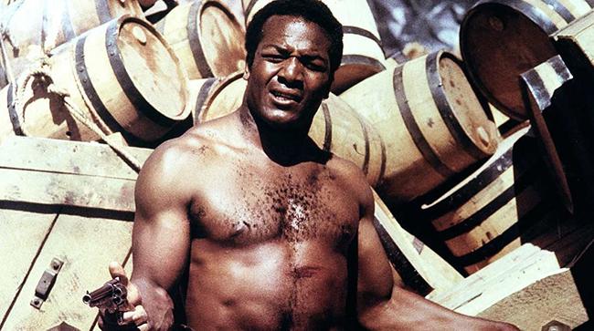 Джим Браун Един екшън герой с култови роли във филми през 60-те и 70-те години, включително в The Dirty Dozen (1967) и Slaughter (1972).