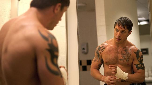 Том Харди Един от най-младите участници в класацията е 39-годишният Том, който изигра страшен, но и доста впрегнат пич във филмите Warrior (2011), The Dark Knight Rises (2012) и Mad Max: Fury Road (2015). Здрав, релефен, но и лош, със сигурност Харди (по който неотдавна въздишахме и ние) прекарва много часове в залата с тежести. И това определено ни допада!