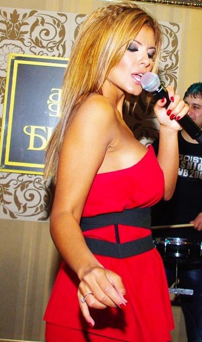 АнелияПоп-фолк певицата не успя да устои наизкушението, въпрекиче последна от своитеколежки сложи силикон.