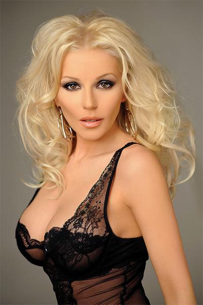 Деси СлаваПоп-фолк певицатаможе и да преминаот другата странас поп парчета, носиликонът си оставазапазена марка.